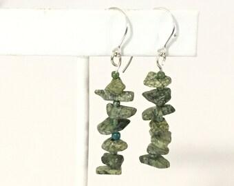 Green Serpentine Chips Dantgle Earrings 925 Sterling Silver gw16-397