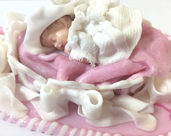 composition baby shower-bapteme-figurine-bebe-panier-blanc-fimo-handmade-rose-glitter-robe white-lace-custom-made in france