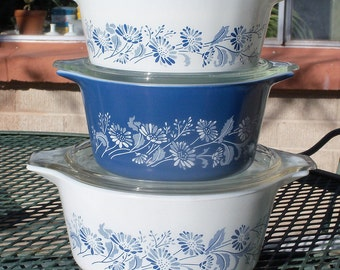 Pyrex Colonial Mist Set of Three Casseroles with Lids - 472, 473, 474
