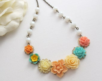 Statement Natur Woodlands Blumengarten inspiriert Blumenhalskette. Licht Pfirsich Sakura Orange Koralle rosa Creme Petrol grün Rose Halskette