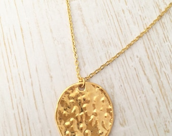 Hammered gold circle pendant necklace