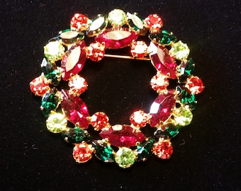 Varied Red/Green Wreath Brooch - Vintage