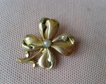 Pretty '' Porte Bonheur '' gold brooch, vintage late 19th century.