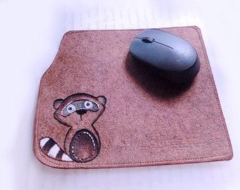 Tapis de souris en feutrine - Raton laveur à la main avec broderie