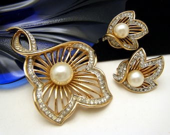 Elegant Vintage Crown Trifari Faux Pearl Rhinestone Brooch Earrings Set