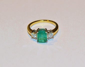 2.15ct Emerald ring 18ct gold side diamonds 0.41ct trilogy ring M1/2 hallmarked