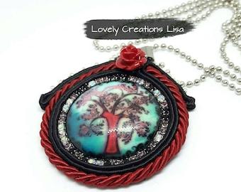 Collana, Ciondolo soutache, ciondolo tondo, cordoncino, nero, rosso, cabochon ciondolo albero della vita, medaglione soutache, rosa rossa