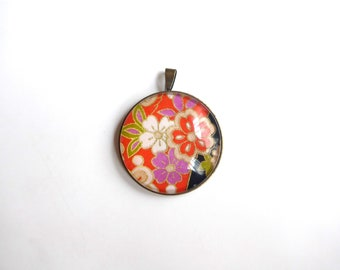 Round pendant with multicolored flowers, Japanese-inspired pattern (washi paper + glass cabochon).