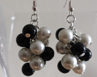 Black & White Earrings, Chunky Cluster Earrings, White Pearls, Black Pearls, Wedding pearls, Gift ideas, Fashion Earrings, Cluster pearls