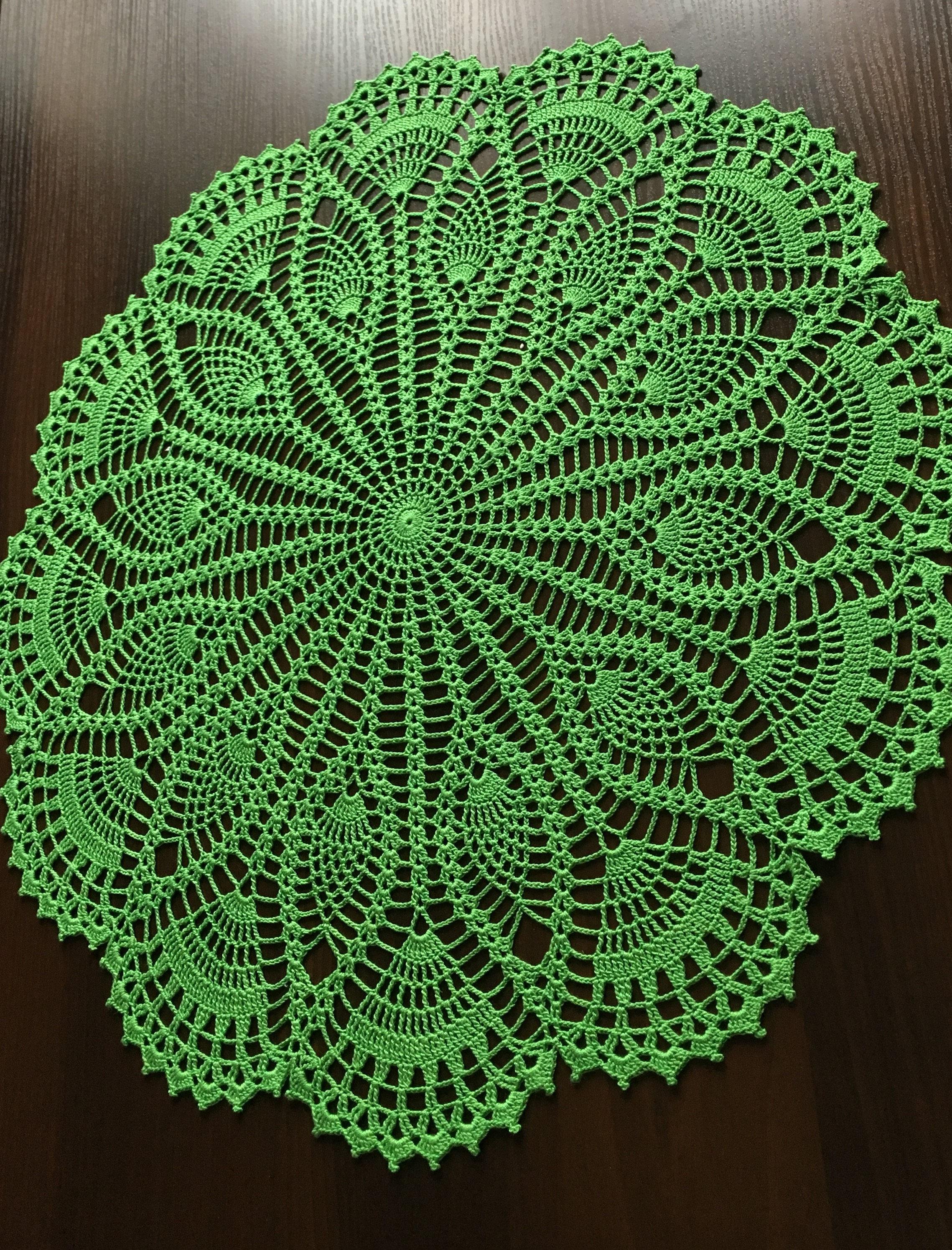 Runde Tischdecke rustikale Einrichtung häkeln grüne Deckchen