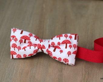 Mini bow 12. Red mushrooms/ setas rojas.  Pajarita para niño o bebé hecha a mano con tela de algodón de gran calidad.