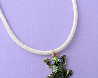 Grenouille verte collier grenouille pendentif émail grenouille charme Collier pendentif vert RAS de cou grenouille Totem évolution spirituelle bonne chance charme amulettes