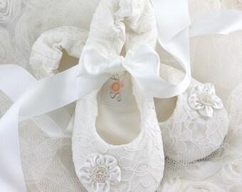 White Wedding Flats, Ballet Flats, Lace, First Communion, Flower Girl, Shoes, Flats, Ballerina Slippers, Flowers, Pearls, Elegant Wedding