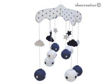Mobile Bébé en bois, boule de coton et feutrine pour chambre d'enfant, modèle bleu marine et gris