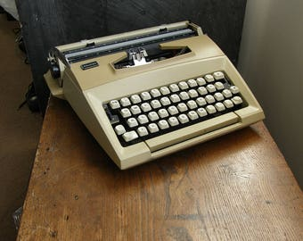 Retro 1970s smith corona Courier manual Typewriter in good condition with case,very, funky,Free UK postage