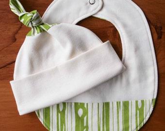 Green Baby Bib and Hat; Newborn Baby Gift Set; Wood Grain, Organic Cotton Baby Cap and Drool Bib Shower Gift Set; Gender Neutral, BOIS GRASS