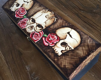 Wood burned Skull Rose wine box. Personalised gift. Pyrography skull art. Pyrografie kunst, Hand drawn OOAK Burned gift box by InkedArtista