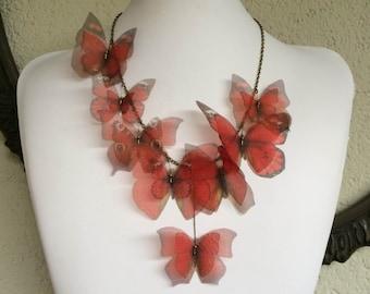 Je vais Fly Away - collier de papillons Organza de soie rouge à la main - unique en son genre