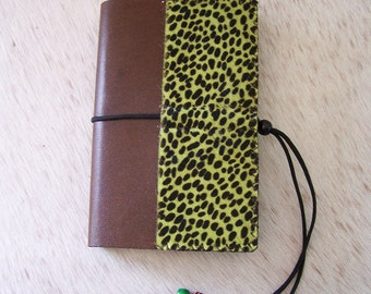 Protects craft book in brown leather and cowhide 'green anise' (adjustable from 150 to 1000 pages)