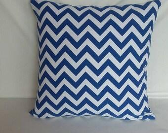 Coussin imprimé chevron bleu et blanc.  Coussin décoratif. Modarn jardin couverture personnalisée. Sur coussin de porte.  Fait sur mesure