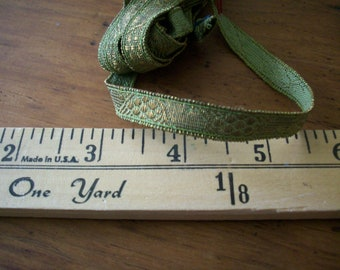 Français en métal or étroite avec les garnitures antique patine verdâtre