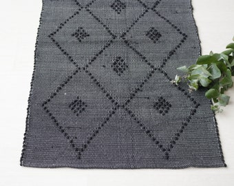 Small handwoven rug, diamond pattern, black color, portuguese rug, cotton rug, bathroom rug, bath mat, rug with knots.