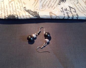 Earrings with a shiny charcoal grey Pearl and light pink and silver bead