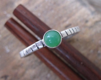 Silver ring with light green aventurine and line details - size 7 3/