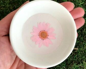 Pink Daisy Flower Ring Dish, pressed flower dish, real flower dish, resin ring holder, bridesmaid gift, spring wedding, trinket dish