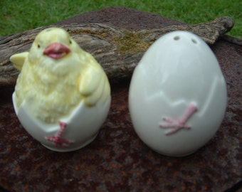 HATCHING EGGS salt and pepper shakers, Figures, Chicks, Chickens, Set, Collectibles