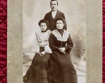 Black and white photo on cardboard, photo of family time 19th century, taken by a sketch artist