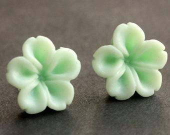 Mint Grün Blumenohrringe. Aqua Green Ohrringe. Aqua-Ohrringe. Silber Beitrag Ohrringe. Innie Blumenschmuck Knopf. Ohrstecker.
