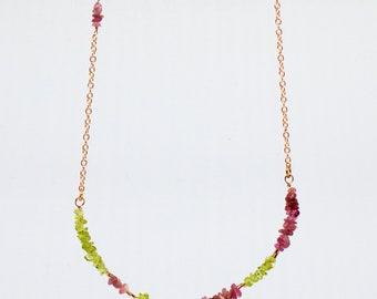 Necklace rose gold chain with peridot and tourmaline crystals/Collana color oro rosa con cristalli di peridoto e tormalina