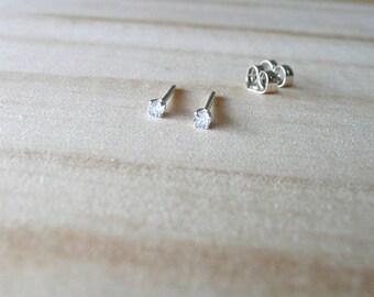 März Birthstone Ohrring, Aquamarin edelsteinohrring, 2mm winzig kleine Ohrstecker, leichten blauen Edelstein Ohrstecker, knorpelohrring