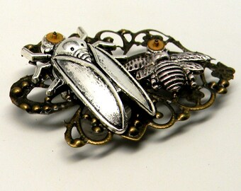 Steampunk jewelry. Steampunk ciceda and bee brooch.