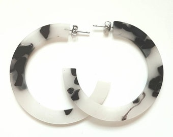 Black & White tortoiseshell tortoise hoop earrings SS18 bloggers