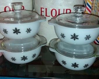 Vintage Pyrex mini casserole dishes.