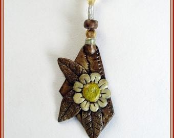 Colgante de margarita hippie, colgante hecho y pintado a mano, joyería contemporánea bohemia, joyería de papel acabado cerámico, regalo ella