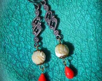 Sculpté nacre de perle boucles d'oreilles avec cadeau à la main de verre rouge vintage en forme de larme