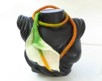Gevilte halssnoer of taille riem, calla bloem, wit,groen,oranje, merinoswol sieraad, handgemaakt uniek sieraad, cadeau voor dames, elegant