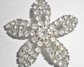 Pretty vintage silvertone clear rhinestone flower brooch