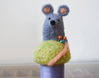 Petit coussin à épingles souris sur une bobine vintage, aiguille feutrée sculpture