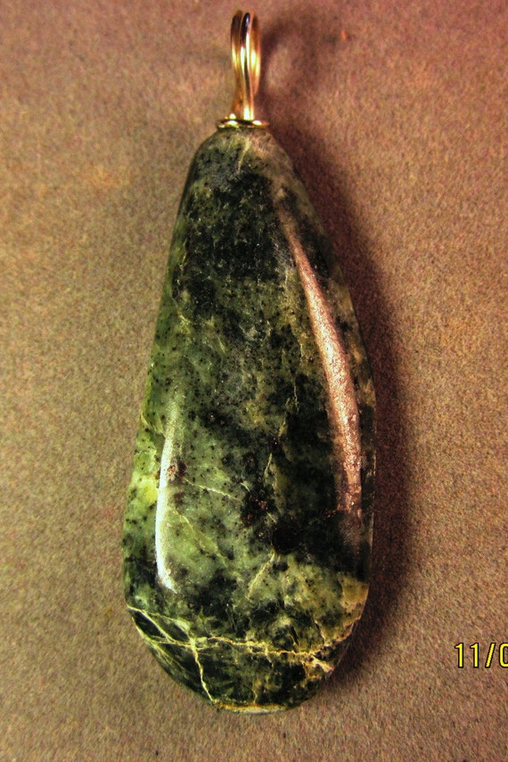 Jade pendant, green Chatoyant, Nevada, silver bail 77ct