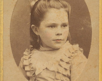 Beautiful lightly tinted CDV of little girl. Carte de visite of child