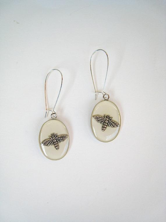 Bee earrings, white earrings, white resin earrings, long earrings, minimalist jewelry, boho chic jewelry, animal nature insect, lightweight