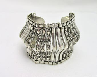 Beautiful and impressive ethnic style silver metal bracelet