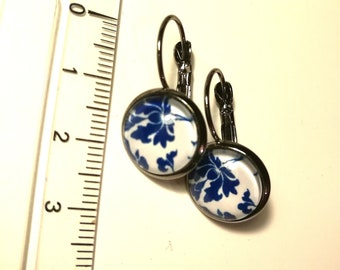 Earrings cabochon blue and white resin