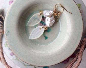 White dangly earrings | Boho earrings | gold chandelier earrings | Stone leaf earrings, Chic earrings, baroque pearl jewelry, Tropical style