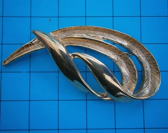 BT418) Vintage gold tone metal signed Napier abstract swirl brooch pin