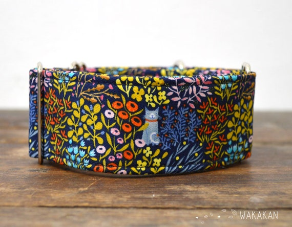 Martingale dog collar model Peek a Boo. Adjustable and handmade with 100% cotton fabric. Cats hidden in the garden. Wakakan